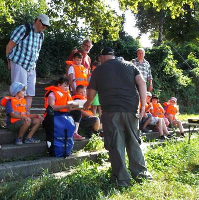 Mit Lübecker Kindern haben die Glücksfischer am Samstag an der Kanaltrave geangelt. Foto: Glücksfischer HL