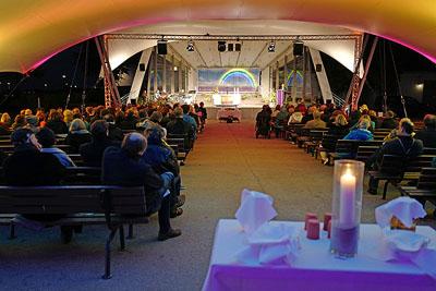 Die Synode traf sich am Freitagabend zum Gottesdienst im Brügmanngarten. Fotos. Karl Erhard Vögele