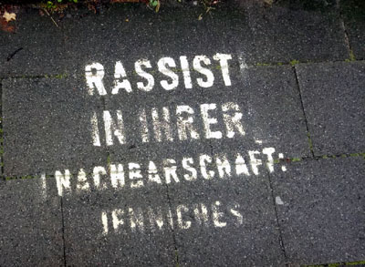 In der Percevalstraße wurde der Schriftzug auf den Gehweg gesprüht. Fotos: AfD