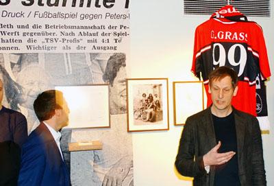 Kurator Philipp Bürger vor einem Ehrentrikot des Freiburger FC für Edelfan Günter Grass. Fotos, O-Ton: Harald Denckmann