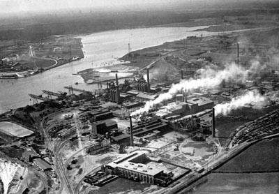 Die Führung führt über die ehemalige Schlackenhalde des Metallhüttenwerks. Foto: Geschichtswerkstatt / Archiv