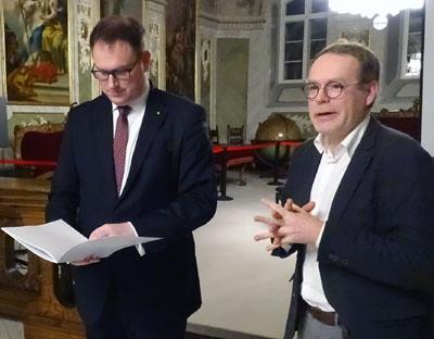 Vor einem Monat hat Dr. Maik Bohne (rechts) den Bericht an Bürgermeister Jan Lindenau übergeben. Nach der Beratung im Senat wurde er jetzt veröffentlicht. Foto: Harald Denckmann/Archiv