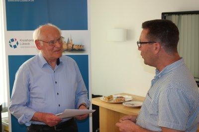 Claudius Struve (links) erhält von Kreishandwerksmeister Carsten Groth eine besondere Ehrenurkunde. Foto: KHS