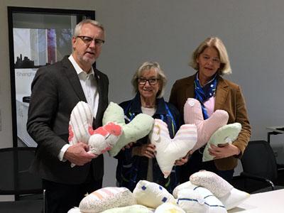 Thomas Schell bekam die Kissen von Rita Flettschock und Silke Stammer überreicht. Foto: Travebogen