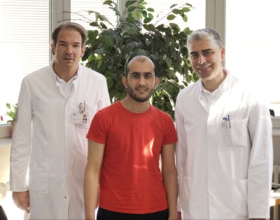 Prof. Dr. Stephan Ensminger (links) und Oberarzt Dr. Ana Aboud (rechts) mit dem 21-jährigen Qamari Atiq aus Bad Segeberg nach der Ozaki-Operation. Foto: UKSH