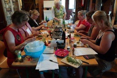 Im Anschluss an die Wanderung werden in der 'Hexenküche' verschiedene Salben und Tinkturen zum Mitnehmen hergestellt. Foto: Veranstalter