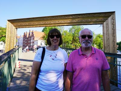 Katja und Reinhard aus Bad Schwartau nutzten den Sonntag für einen Besuch im Dom-Viertel. Fotos: JW