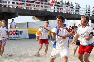 Auch in dieesm Jahr gibt es in Timmendorfer Strand reichlich Beach-Hockey für alle Altersklassen. Foto: TSNT/Archiv