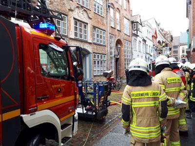 In der Hundestraße kam es am Montagmittag zu einem Wohnungsbrand. Fotos: VG