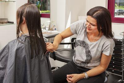 Der Kurs bereitet auf eine Ausbildung oder eine Umschulung zum Friseur vor. Foto: Marketing Handwerk GmbH
