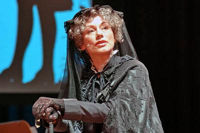 Rebecca Indermaur - auf dem Bild als Dorothea Schlözer - liest aus dem Werk von Lili Grün. Foto: JW/Archiv