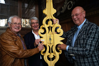 Joachim Glove (links) und Jö Böcher (rechts) vom Förderverein zeigen zusammen mit Pastor Lutz Jedeck eine Namenstafel am Zeiger. Fotos (2): JW