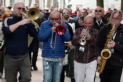 Die Marching Band mit Jörn Marcussen-Wulff und Nils Landgren. Fotos: Karl Erhard Vögele
