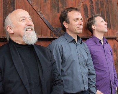 Achim Widdel (Klavier/ Synthesizer), Olaf Erdmann (Schlagzeug) und Frederic Ruckes (Bass) sind das Trio 'Quintessenz'. Foto: Veranstalter