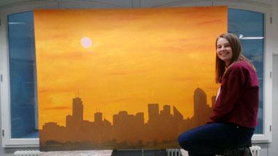 Schülerin Melissa Schulz zeigt ihr Werk, das auf der Ausstellung zu sehen sein wird. Foto: Veranstalter