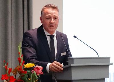 Präses Michael Weiß übergibt sein Amt an Hartmut Richter. Foto: Harald Denckmann