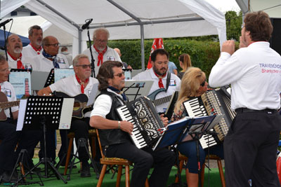Der Travemünder Shantychor begleitete die Feier musikalisch. Fotos: B. Engl