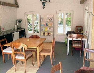 Das Treffen findet in dem kleinen Haus vor Gebäude 49 statt. Foto: KISS