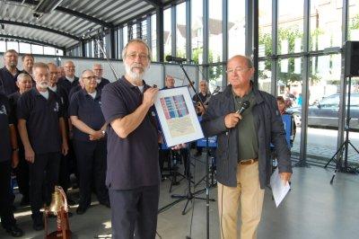 Ralph Steinführer (links) übernahm die Spende vom Präsidenten des KC Lübeck-Hanse Fritz-Joachim Kühn im Travemünder Kreuzfahrtterminal. Foto: Kiwanis Club Lübeck-Hanse e.V.