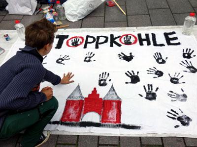 Mit Handabdrücken unterstrichen die Demonstranten ihre Forderung. Foto: Veranstalter
