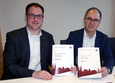 Bürgermeister Jan Lindenau und Stadtwerke-Chef Dr. Jens Meier unterzeichneten am Mittwoch den Vertrag. Foto: VG
