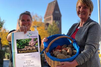 Julia Lange und Pastorin Byrthe Kröncke-Schultz laden zum Gottesdienst ein. Foto: Ines Langhorst