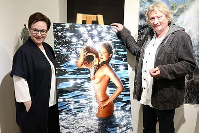 Galeristin Ninette Mathiessen mit Meeres-Fotograf Wim Westfield. Fotos: Karl Erhard Vögele