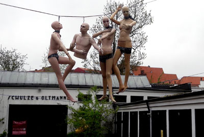Die Kunsttankstelle befindet sich in den ehemaligen Garagen neben dem Holstentor.