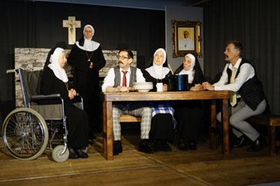 Das Kurtheater Bad Schwartau zeigt das Stück Nonnenpoker. Foto: Veranstalter