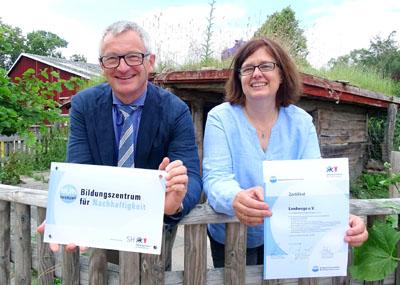 Senator Ludger Hinsen und Geschäftsführerin Cornelia Klaffke zeigen das Zertifikat. Fotos, O-Ton: Harald Denckmann