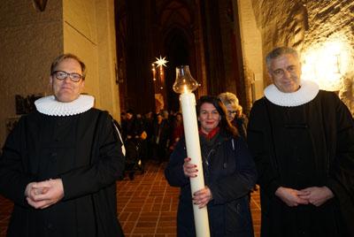 Pastor Robert Pfeifer aus St. Marien, Katjana Zunft und Pastor Dr. Bernd Schwarze aus St. Petri führten die Prozession an. Fotos: JW
