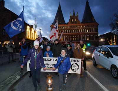 Das Friedenslicht wurde vom Hauptbahnhof in die Herz Jesu Kirche getragen. Fotos: JW
