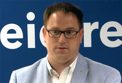 Bürgermeister Jan Lindenau besuchte am Abend die Opfer der Messerattacke.