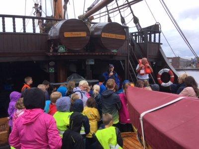 42 Grundschüler gingen mit bester Laune auf Seefahrt. Zuvor gab es eine Sicherheitseinweisung. Foto: Rotary Club Holstentor