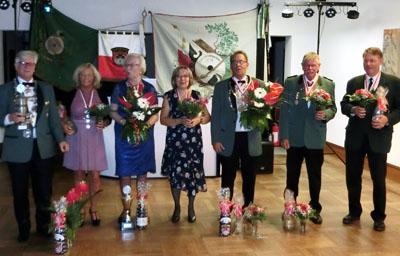Die neuen Majestäten: Ekkehard Merbeth, Grazyna Jatzek, Eva Bothmann, Astrid Claßen, Heiner Karsten, Werner Horstmann und Dirk Schmidtke. Foto: LSV