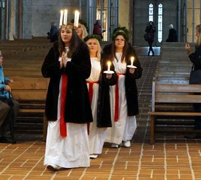 Am Mittag sangen Lucia und ihr Gefolge in St. Marien. Fotos: JW