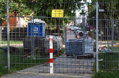 Der Fußweg von der Westhoffstraße zur Lohmühle muss für den Bau der Containerschule gesperrt bleiben. Fotos: Oliver Klink