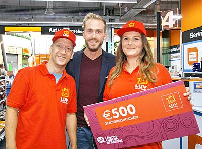 Moderator Felix Uhlig mit den ersten beiden Kandidaten des Shopping Duells. Fotos: JW