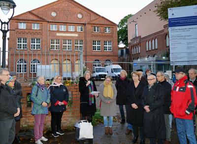 Rund 100 Menschen kamen zu der Mahnwache vor der Lübecker Synagoge. Fotos, O-Ton: JW