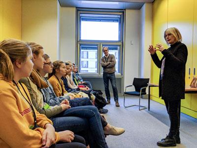 Die Konfirmanden in Gespräch mit der Bundestagsabgeordneten Gabriele Hiller-Ohm. Foto: Thorsten Wulff