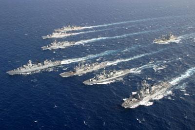 """Die Fregatte """"Schleswig-Holstein"""" führt einen der ständigen maritimen Einsatzverbände der NATO in Formationsfahrt. Foto: Bundeswehr/Emanuel Berthe"""
