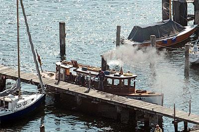 Am Freitag kann die Dampfpinasse noch auf der Trave, ab Samstag auf dem Elbe-Lübeck-Kanal bewundert werden. Fotos: Karl Erhard Vögele