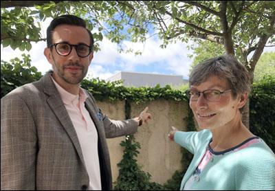 Genau hinschauen: Pastor Jonathan R. Ide und Hella Thomas zeigen auf ein Relief an der Mauer entlang der Ratzburger Allee. Foto: Ines Langhorst