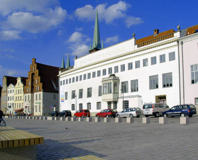 Die Kurse und Konzerte finden in der Musikhochschule an der Obertrave statt.