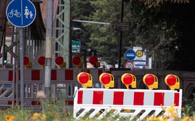 Der Gehweg auf der Mühlenbrücke muss bis September gesperrt bleiben. Foto: VG