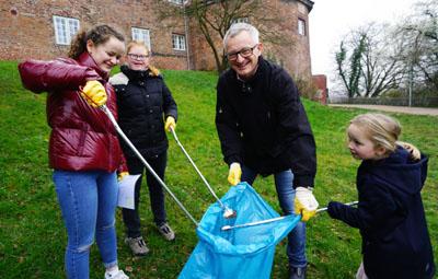 Senator Ludger Hinsen sammelte mit Antonia, Charlotte und Helma vor dem Burgtor den Müll aus der Grünanlage. Fotos: JW