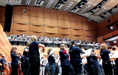 Rund 400 Musiker bildeten ein Orchester in der MuK. Fotos: TD