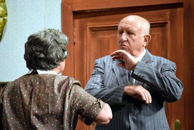 Die Niederdeutsche Bühne zeigt die Geschichte von Witwe Jensen. Foto: Veranstalter