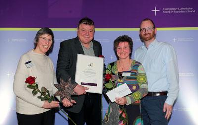 Die Preisträger mit Laudator Arne Gattermann. Foto: Susanne Hübner, Nordkirche