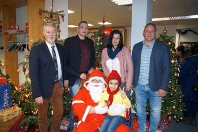 Rzan bekam vom Weihnachtsmann eine Puppe geschenkt. Foto: Jobcenter